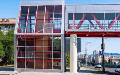 Строительство пешеходного моста на улице Василенко закончено